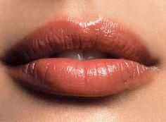 Mezcla un poco de aceite de menta en tu brillo de labios, esto hará que parezcan más voluptuosos