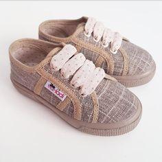 Zapatillas casual de lino brillante de color taupe. Cierre con cordones de  lazo estampado con topos (el mismo que el interior de la zapatilla) . 64fb35f0c252