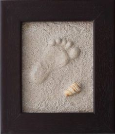 La técnica para perpetuar la impresión de la huella de la mano o el pie de nuestro hijo es muy fácil, solo precisamos un marco, en el que después enmarcaremos la huella, arena y yeso.