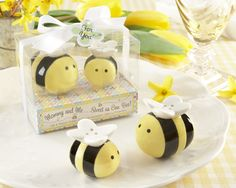 cute bee salt and pepper shaker baby shower favors as low as $3.39