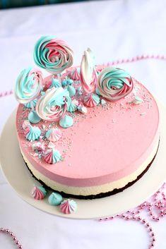 Mansikka-valkosuklaajuustokakku suklaakakkupohjalla, munaton - Suklaapossu Cute Cakes, Yummy Cakes, Vegan Desserts, Delicious Desserts, Crazy Cakes, Sweet Pastries, Piece Of Cakes, Desert Recipes, Cakes And More