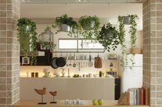 <森の中のカフェ> グリーンと木製の小物使いで、森の中のカフェにいるような空間を演出。写真1