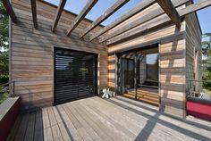 Vue sur la terrasse de l'étage avec pergola bois et bardage red cedar: Balcon, Veranda & Terrasse de style Moderne par HELENE LAMBOLEY ARCHITECTE DPLG