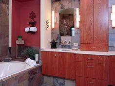 Una combinación de madera de cerezo, pizarra, piedra caliza y hardware caprichoso da este baño contemporáneo una diversión, ambiente informal.