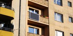 Steckdose, Stromzähler und Anmeldepflichten: Wie zum Beispiel Wohnungsmieter mit Solarzellen selbst Energie erzeugen können. Style At Home, Mansions, House Styles, Home Decor, Electricity Bill, Solar Energy, Solar Installation, Electrical Installation, Electrical Outlets
