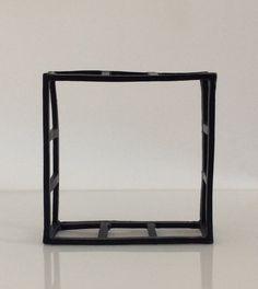 Cubo scultura in ceramica nera. Cm.15,5x15,5x6.