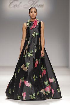 Tot-hom_FW15 #tothom #altacostura #elegancia #modamujer #moda #fashion #desfile #fw15 #Barcelona #Madrid #tendencia #model #modelo #texturas #noche #fiesta #mujerespecial Tot Hom, Madrid, Barcelona, Inspire, Gowns, Silk, How To Wear, Wedding, Dresses