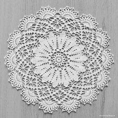 LiteVirkning - Duk i kattens merci (fast i kinna textil fino) Filet Crochet, Crochet Motif, Crochet Doilies, Crochet Patterns, Crochet Ideas, Stick O, Miniatures, Knitting, Creative