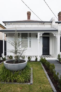 Dan Webster Architecture Hawthorn Terrace House - Front Facade The design o. Informations About Dan Webster Architecture Hawthorn Terrace House - F Cottage Exterior, House Paint Exterior, Terrace House Exterior, Up House, House Front, Exterior Colors, Exterior Design, Black Exterior, Edwardian Haus