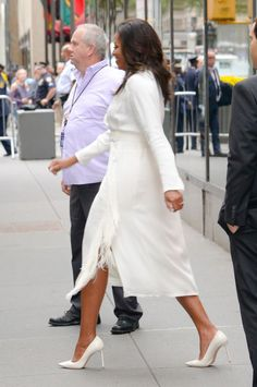 Hurry: Michelle Obama's chic dress is still available. See her full look and learn her easy styling trick. Trendy Outfits, Cool Outfits, Fashion Outfits, Fashion Tips, Ladies Fashion, Trendy Clothing, Womens Fashion, Women's Clothing, Barak And Michelle Obama