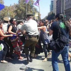 Acusan a Carabineros de golpear a mujeres contra el femicidio