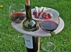 This stunning handcrafted wine folding stand is a will need to have for all wine lovers. It has loads of room for a bottle of wine, two glasses and a plate of your favourite Table Picnic, Beer Table, Outdoor Picnic Tables, Brunch Mesa, Wine Paring, Plywood Table, Diy 2019, Wine Stand, Gifts For Beer Lovers