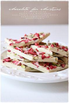 chocolate for christmas - Vaaleanpunainen hirsitalo Chocolate Bark, Merry Xmas, Feta, Delish, Sweets, Candy, Baking, Breakfast, Tableware