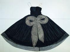 La Cavallini von 1925:  Jeanne Lanvin arbeitete oftmals aufwendige Applikationen in ihre Kleider. Das schwarze Taftkleid ist mit einer ausladenden Riesenschleife verziert.