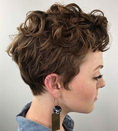 50 Best Ideas of Pixie Cuts and Hairstyles for 2020 - Hair Adviser - - A pixie cut is a sure-fire hairstyle that works for just about any face shape and hair type. There's no reason to miss it this year! Chaotischer Pixie, Pixie Cut Curly Hair, Messy Pixie Cuts, Curly Pixie Hairstyles, Short Curly Pixie, Pixie Cut With Bangs, Blonde Pixie Cuts, Thick Curly Hair, Short Curly Haircuts