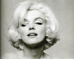 5 Великих блондинок всех времен и народов. 🌺1.Несравненная Мерлин Монро. Ставшая легендою еще при жизни , эта блондинка превратилась в самый настоящий культурный миф. Она – сексуальная звезда 20 века. А в 1999 году Мерлин объявлена самой сексуальной женщиной века. Мерлин родилась 1 июня, на следующий день после дня блондинок)) В этом году ей бы исполнилось 90 лет.  🌻2 место по праву занимает Грейс Келли. Знаменитая Американская актриса и княгиня Монако. Она – воплощение благородства…