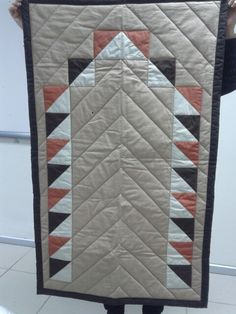 This Pin was discovered by Nhl Beginner Quilt Patterns, Modern Quilt Patterns, Quilting For Beginners, Quilt Patterns Free, Patchwork Table Runner, Table Runner And Placemats, Quilted Table Runners, Baby Applique, Primitive Quilts