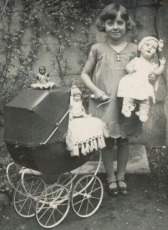 Foto ca.1932 Mädchen mit 3 sehr schönen PUPPEN 1x schwarze PUPPE ! TOP !!