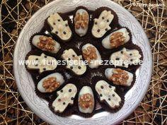 . Zutaten: (Mengen nach Bedarf) weiße Schokolade Pate d'amande oder Marzipan Datteln gehackte Nüsse gezuckerte Kondensmilch Walnüsse . Pate d'amande mit den gehackten Nüssen mischen, so dass man die Masse noch gut formen kann. . Datteln entkernen und...