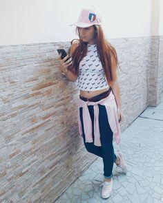 Look de passeio para o dia-a-dia.  Cropped + Jeans cós médio + boné + cardigã amarrado + tênis keds. @santtoshelena