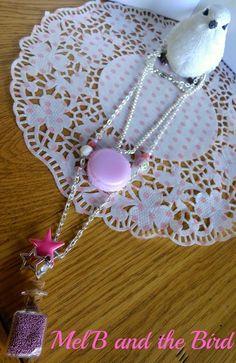 Collier 2 rangs, fiole remplie de billes, macarons, chaine mailles et chaine boules métal argenté, breloques étoile époxy et argentée, perles à fac...