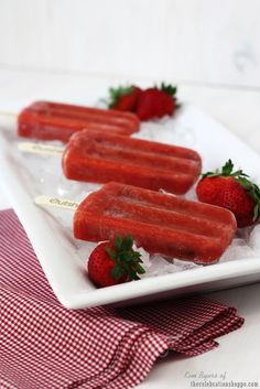 Strawberry fruit bars with real, honest ingredients Frozen Fruit Bars, Frozen Desserts, Frozen Treats, Strawberry Fruit, Strawberry Fields, Strawberries, Fresco, Breakfast Recipes, Dessert Recipes