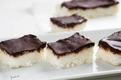 A Pinteresten találtam ezt a receptet és azonnal kipróbáltam. Teljesen a Bounty csokira emlékeztet, úgyhogy nem okozott csalódást. Ráadásul az egyik legegyszerűbb édesség, amit valaha készítettem, … Sin Gluten, Gluten Free, Healthy Desserts, Dessert Recipes, Healthy Food, Clean Eating Sweets, Coconut Slice, Vegan Recipes, Cooking Recipes