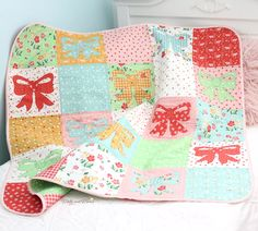 Appliqué Bow Quilt with Strawberry Honey Fabric - Molly and Mama Applique Patterns, Applique Designs, Small Sewing Projects, Strawberry, Quilting, Honey, Bows, Blanket, Floral