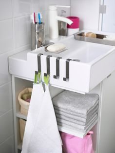 Bekijk ons LILLÅNGEN assortiment voor handige en ruimtebesparende badkamermeubels en accessoires.
