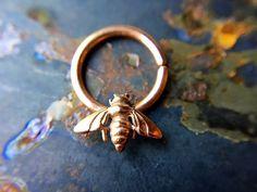 Anneau de Septum abeille en or rose en 16G et High Polish finition