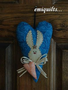 -Algunas de mis amigas cibernéticas, me han preguntado como pegué la figura del conejo en el corazón, ellas están empezando hacer patchwork ...