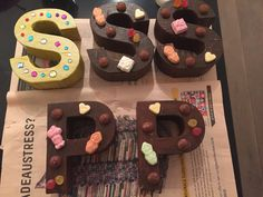 'Chocoladeletters' om de school te versieren. Kartonnen letters van xenos, snoepjes en parelmoer modpodge. Washer Necklace, School, Desserts, Food, Tailgate Desserts, Deserts, Essen, Postres, Meals