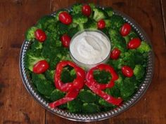 Christmas Wreath Vegetable Platter. This is just gorgeous and perfect for bringing to a holiday potluck! GAPS legal.