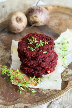 Black bean and beetroot burgers. A Food, Good Food, Food And Drink, Yummy Food, Tasty, Vegetarian Recipes, Cooking Recipes, Healthy Recipes, Feta