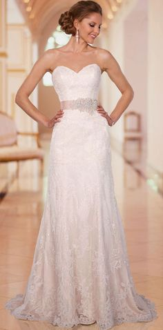 lace wedding dress. Seriously so pretty. I want it right now! If it had sleeves it'd be perfect