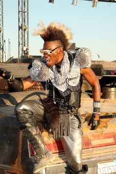 Mohawk and studs, hell yea! A Wasteland Weekend cosplayer. Apocalypse Fashion, Apocalypse World, Post Apocalypse, Post Apocalyptic Clothing, Post Apocalyptic Fashion, Mad Max, Diesel Punk, Fallout, Dandy