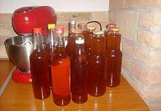 Gyömbéres citromfüves mentaszörp recept képpel. Hozzávalók és az elkészítés részletes leírása. A gyömbéres citromfüves mentaszörp elkészítési ideje: 30 perc Izu, Hot Sauce Bottles, Drinks, Food, Mint, Caramel, Drinking, Beverages, Meal