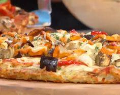 Pelar las papas y rallarlas en crudo, colocar en un bol y agregar un huevo, sumar el almidón de maíz, salpimentar y por útlimo agregar brisnas de romero y condimentos. En placa con oliva, colocar la mezcla y cocer a horno fuerte, en la parte de abajo por unos 10 minutos aproximadamente, hasta que dore.  Para la cubierta 1, saltear los champignones y ajo picados en oliva. Cubrir la pizza con salsa de tomate, la mozzarella y el salteado. Para la cubierta 2, llevar al horno los vegetales con…
