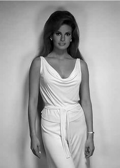 Raquel Welch - most beautiful hollywood actresses Rita Hayworth, Raquel Welch 1960s, Hollywood Actresses, Actors & Actresses, Most Beautiful Women, Beautiful People, Gorgeous Latina, Hello Gorgeous, Audrey Hepburn