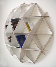 La particularité de cette pièce est l'assemblage simultané de 3 pièces. L'une est entaillée en bas, la seconde en haut et la troisième l'est au centre. Cela permet d'assembler des éléments en diagonale tout en maintenant une certaine simplicité de fonctionnement.