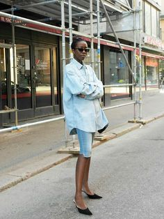 Minimalist Summer Outfits: Sylvie Mus in pair of denim shirts and an oversized shirt Camisa Oversized, Oversized Denim Shirt, Looks Street Style, Looks Style, Short Outfits, Summer Outfits, Summer Dresses, Minimalist Dresses, Minimalist Fashion
