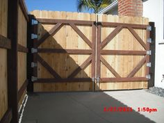Gorgeous Front Yard Fencing Mid Century Ideas 8 Luminous Tricks: Vertical Fence Outdoors beach h Wood Fence Gates, Fence Doors, Wooden Gates, Bamboo Fence, Cedar Fence, Horse Fence, Brick Fence, Fence Art, Fence Landscaping