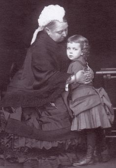 Queen Victoria with Crown Princess Margaret of Sweden. Oh so sweet, to see Queen Victoria hugged the Princess Margaret. Queen Victoria Family, Queen Victoria Prince Albert, Victoria And Albert, Princess Victoria, Queen Victoria Children, Reine Victoria, Victoria Reign, Princesa Margaret, Queen Victoria