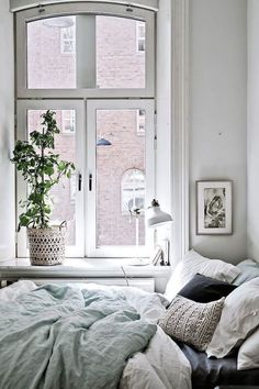 Minimalist Bedroom Design for Modern Home Decor - Di Home Design Small Apartment Bedrooms, Small Apartments, Cozy Apartment, Tiny Bedrooms, Apartment Plants, White Bedrooms, Apartment Design, Apartment Living, Apartment Ideas