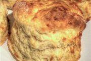 Kaasskons 2 Bestanddele 500 ml k) koekmeelblom 20 ml t) bakpoeier 5 ml t) sout 1 ml t) peper of rooipeper 75 ml e) botter of margarien 1 of 2 eiers 190 ml k) melk 375 ml k) Cheddarkaas, gerasper Metode . Cheap Meals, Easy Meals, Homemade Flour Tortillas, Cheese Scones, South African Recipes, Dessert Recipes, Desserts, Muffins, Cooking Recipes