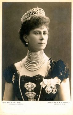 Another obscure tiara that may or may not exist is the County of Surrey tiara.   Here it is being worn by Queen Mary.