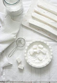 Malvaviscos, Marshmallows, Pâte de Guimauve … o Nubes marshmallows - beautiful white on white white food photography Food Photography Styling, Food Styling, Art Photography, Fudge Caramel, Blanco White, White Food, Shades Of White, All White, Pure White