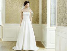 Klar und edel: Vornehm anmutendes, schulterfreies Hochzeitskleid aus Satin