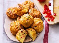 Découvrez cette recette de mini cakes aux tomates. Pour la préparation, il vous faudra : des tomates grappes, des œufs, de la farine, un sachet de levure, de l'huile d'olive, de lait entier, de gruyère râpé, de féta, quelques feuilles de basilic et des graines de courges grillées.