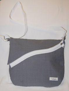 Gaelle – Borsa a tracolla realizzata in tessuto fantasia grigio/bianco a quadretti. Il manico bianco è regolabile ed è fissato tramite una fibbia di metallo alle asole della borsa. (etc.)  Realizzata interamente a mano. Modello unico.